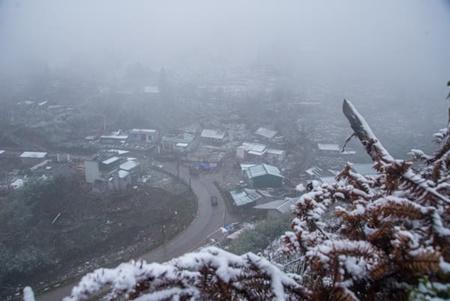 Clip: Du khách đổ xô về Sapa ngắm tuyết rơi - Ảnh 1