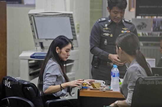 Chuyện đời như phim của người đẹp Thái: Mẹ hóa ra là bà nội, anh trai là bố đẻ - Ảnh 2