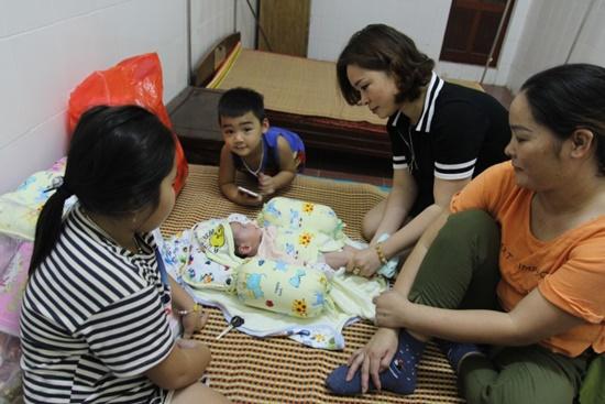 Bé trai 2 tháng tuổi bị bỏ rơi bên đường, nhiều người muốn nhận nuôi - Ảnh 1