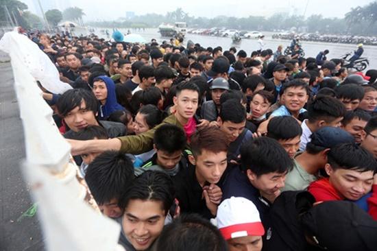 Hàng ngàn người dân đội mưa, xô đổ cả hàng rào SVĐ Mỹ Đình mua vé xem AFF Cup - Ảnh 7