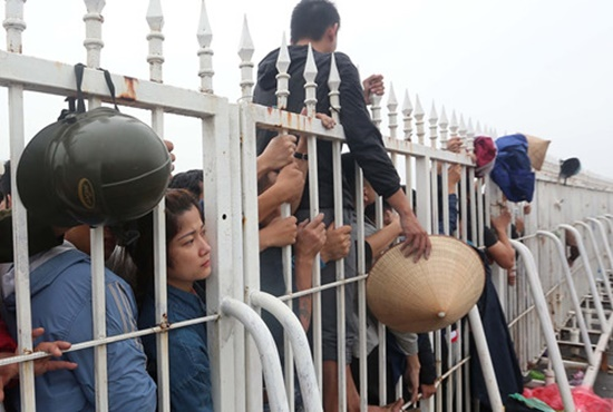 Hàng ngàn người dân đội mưa, xô đổ cả hàng rào SVĐ Mỹ Đình mua vé xem AFF Cup - Ảnh 8