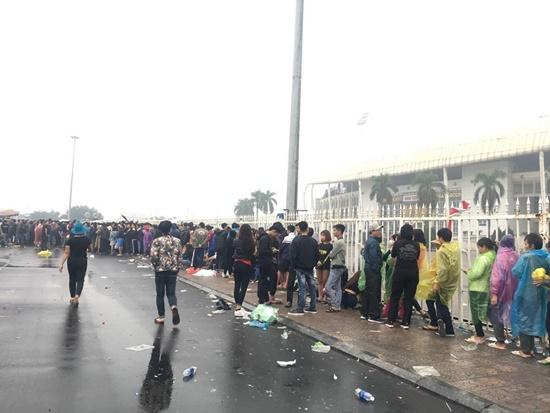 Hàng ngàn người dân đội mưa, xô đổ cả hàng rào SVĐ Mỹ Đình mua vé xem AFF Cup - Ảnh 2