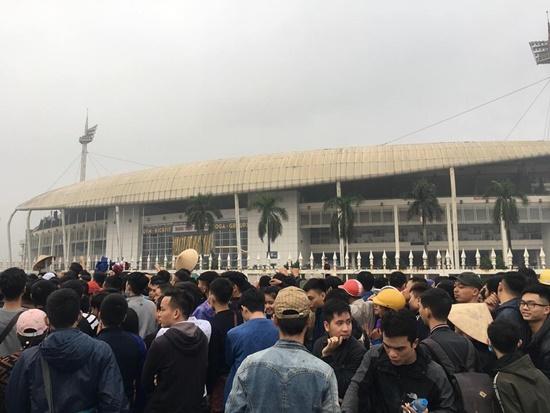 Hàng ngàn người dân đội mưa, xô đổ cả hàng rào SVĐ Mỹ Đình mua vé xem AFF Cup - Ảnh 3