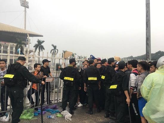 Hàng ngàn người dân đội mưa, xô đổ cả hàng rào SVĐ Mỹ Đình mua vé xem AFF Cup - Ảnh 4