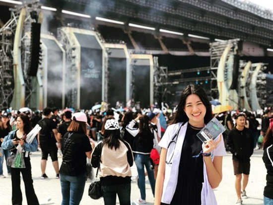 AFF Cup 2018: Nữ bác sĩ xinh đẹp của ĐT Thái Lan gây chú ý - Ảnh 1