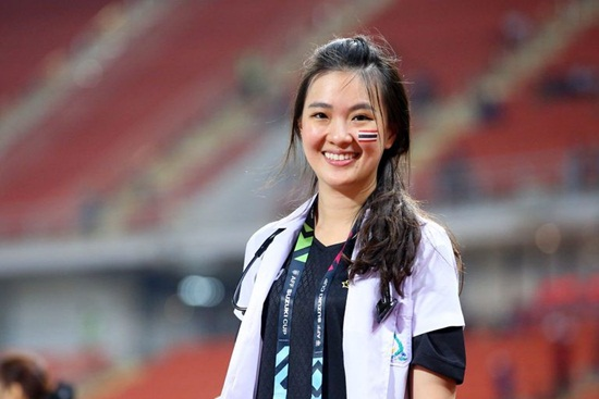 AFF Cup 2018: Nữ bác sĩ xinh đẹp của ĐT Thái Lan gây chú ý - Ảnh 2