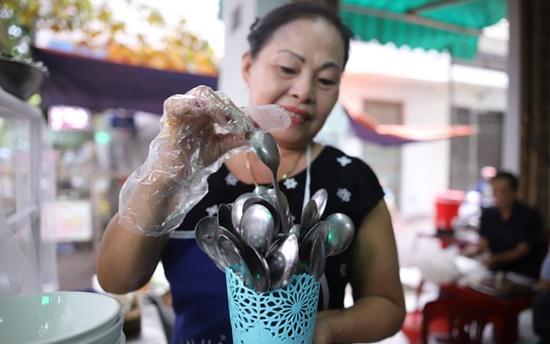 Đà Nẵng phát động dùng muỗng không rãnh tại các quán ăn - Ảnh 1