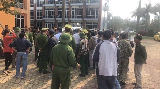 Trụ sở VFF bị người hâm mộ vây kín vì bức xúc không mua được vé bán kết - Ảnh 2