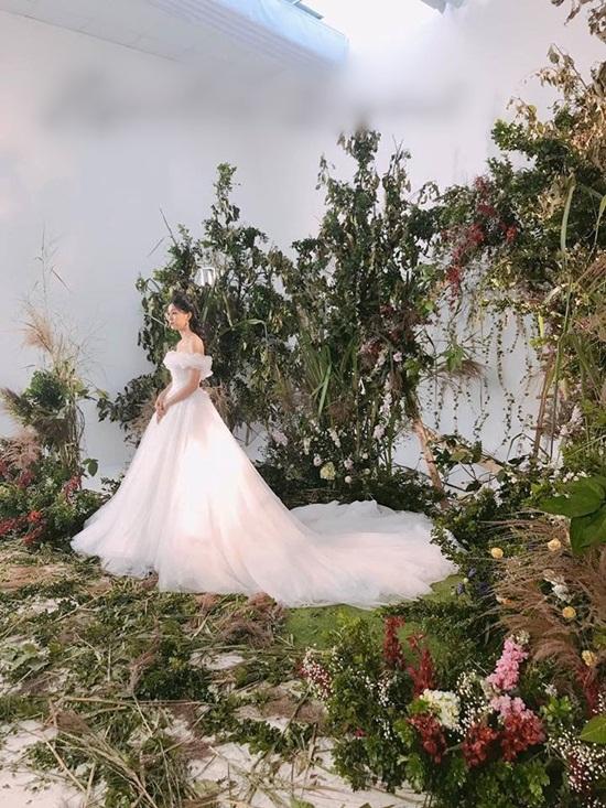 Cận cảnh váy cưới đính 10.000 viên pha lê của Á hậu Thanh Tú - Ảnh 2