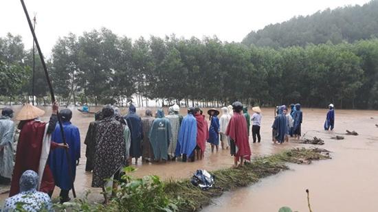 Nam thanh niên bị nước lũ cuốn trôi khi đi qua đập tràn - Ảnh 1