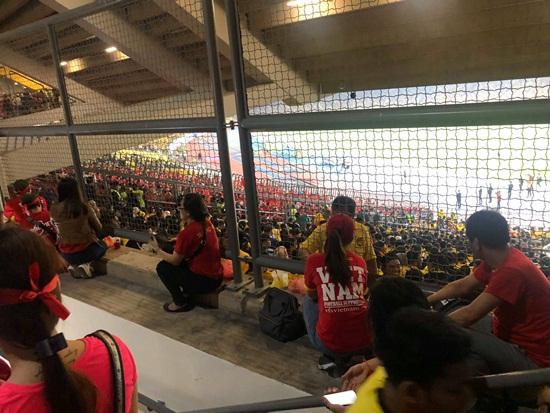"""Có vé mà không có chỗ ngồi, Lệ Hằng """"liều mình"""" xông vào giữa CĐV Malaysia - Ảnh 2"""