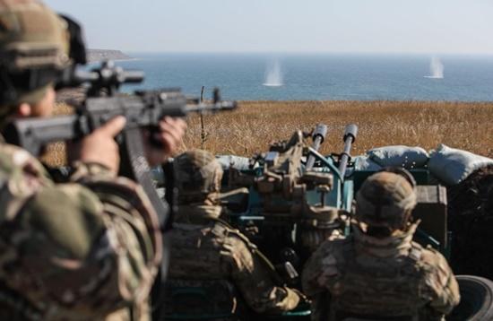 Ukraine đưa quân tập trận gần biển Azov giữa căng thẳng với Nga - Ảnh 1