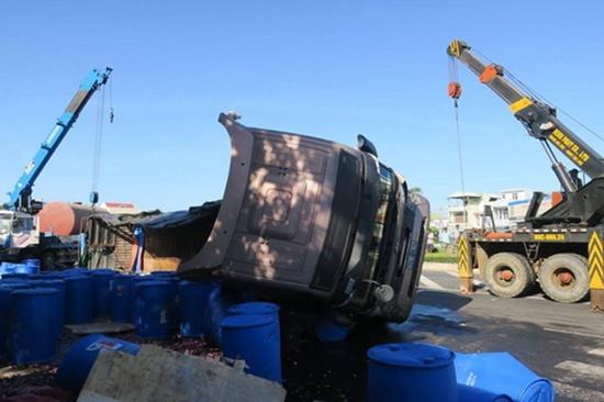 Xe tải chở 30 tấn axit lật trên quốc lộ, khói bốc lên nghi ngút - Ảnh 1