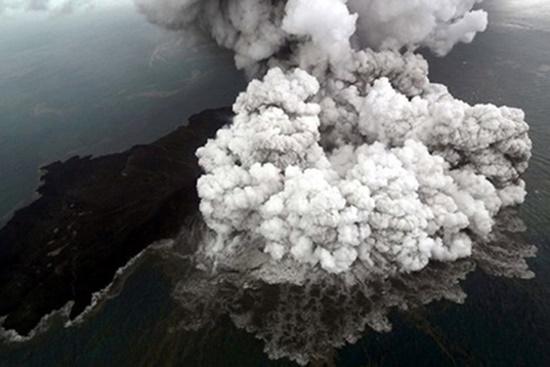 Nguy cơ tiếp tục xảy ra sóng thần, Indonesia sơ tán hàng chục ngàn người - Ảnh 2