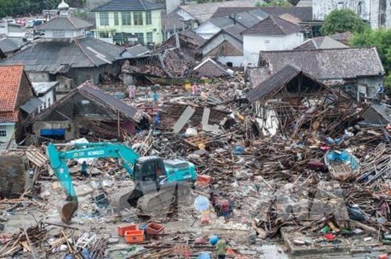 Nguy cơ tiếp tục xảy ra sóng thần, Indonesia sơ tán hàng chục ngàn người - Ảnh 1