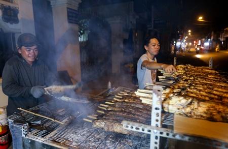 TP.HCM: Phố cá lóc nướng hoạt động suốt đêm phục vụ ngày vía Thần tài - Ảnh 2