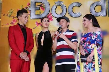 Hoài Linh xin lỗi khán giả vì mặc áo thun, đi dép tông đến buổi công chiếu phim - Ảnh 2