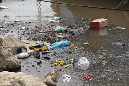 Sông Hồng, hồ Tây ngập rác sau ngày cúng ông Táo - Ảnh 6