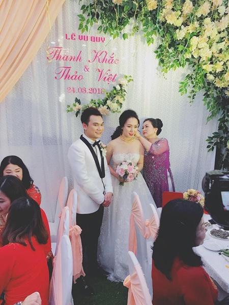 """Khắc Việt cười """"tít mắt"""" bên cô dâu xinh đẹp trong đám cưới tại quê nhà - Ảnh 3"""