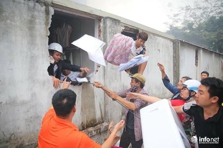 Hà Nội: Cháy lớn ở chợ Quang, tiểu thương phá tường thoát ra - Ảnh 3