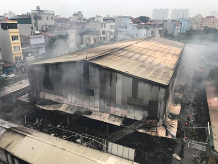 Chợ Quang tan hoang sau vụ cháy, tiểu thương khóc ròng vì trắng tay - Ảnh 1