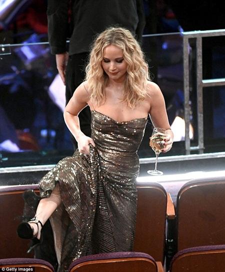 """Oscar 2018: Jennifer Lawrence gây """"sốc"""" vì vén váy trèo qua ghế với ly rượu trên tay - Ảnh 3"""