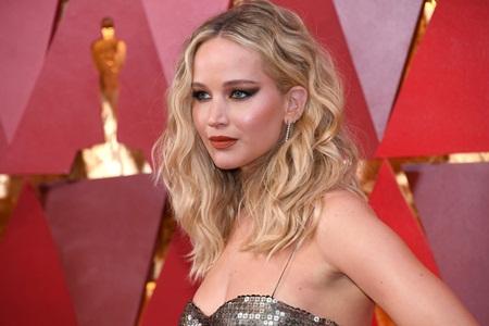 """Oscar 2018: Jennifer Lawrence gây """"sốc"""" vì vén váy trèo qua ghế với ly rượu trên tay - Ảnh 1"""