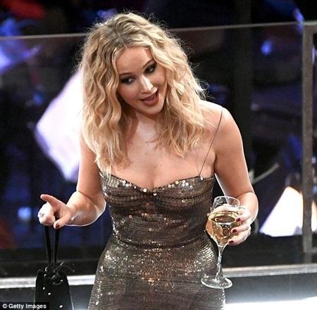 """Oscar 2018: Jennifer Lawrence gây """"sốc"""" vì vén váy trèo qua ghế với ly rượu trên tay - Ảnh 6"""