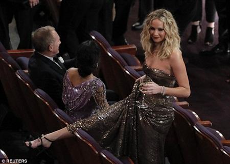 """Oscar 2018: Jennifer Lawrence gây """"sốc"""" vì vén váy trèo qua ghế với ly rượu trên tay - Ảnh 5"""