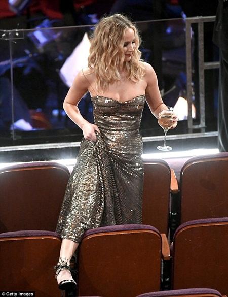 """Oscar 2018: Jennifer Lawrence gây """"sốc"""" vì vén váy trèo qua ghế với ly rượu trên tay - Ảnh 4"""