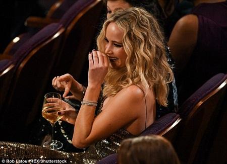 """Oscar 2018: Jennifer Lawrence gây """"sốc"""" vì vén váy trèo qua ghế với ly rượu trên tay - Ảnh 8"""