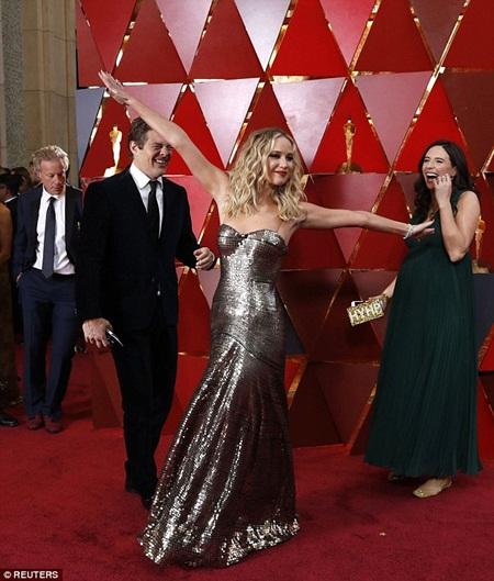 """Oscar 2018: Jennifer Lawrence gây """"sốc"""" vì vén váy trèo qua ghế với ly rượu trên tay - Ảnh 2"""