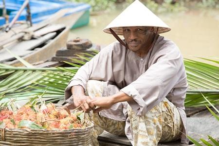 Thích thú với hình ảnh Mike Tyson đội nón lá, bán hoa quả ở chợ nổi - Ảnh 2