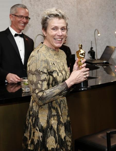 Hy hữu: Đột nhập vào tiệc Oscar trộm tượng vàng nữ chính vừa được trao - Ảnh 1