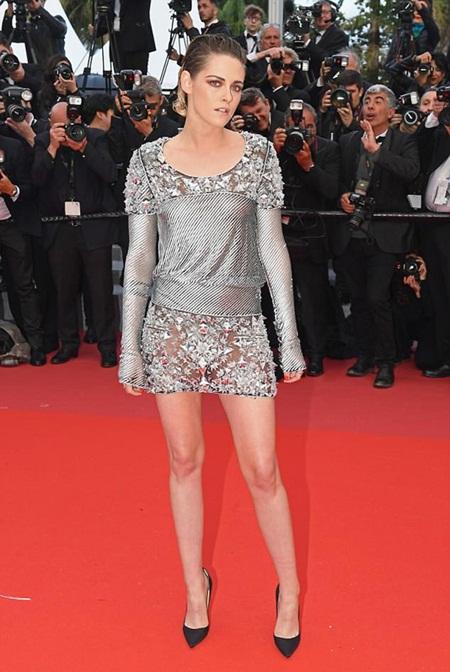 Chẳng cần váy áo lộng lẫy, Kristen Stewart vẫn là tâm điểm thảm đỏ Cannes vì điều này! - Ảnh 1