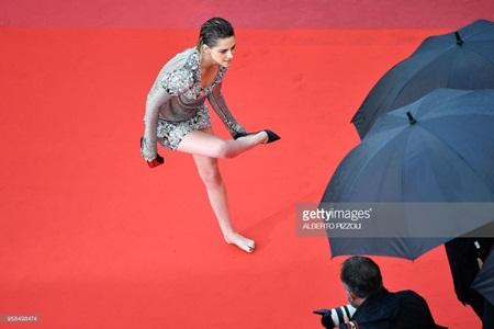 Chẳng cần váy áo lộng lẫy, Kristen Stewart vẫn là tâm điểm thảm đỏ Cannes vì điều này! - Ảnh 4