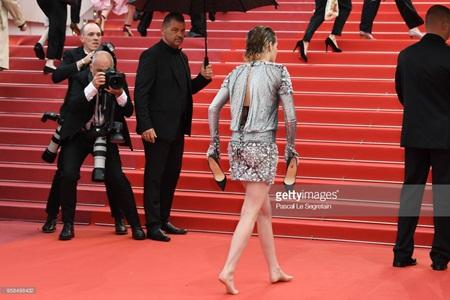 Chẳng cần váy áo lộng lẫy, Kristen Stewart vẫn là tâm điểm thảm đỏ Cannes vì điều này! - Ảnh 5