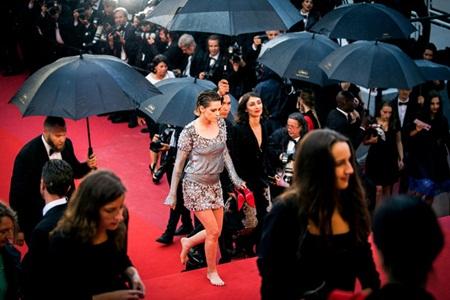 Chẳng cần váy áo lộng lẫy, Kristen Stewart vẫn là tâm điểm thảm đỏ Cannes vì điều này! - Ảnh 7