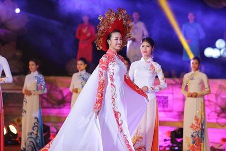 Hoa hậu Đỗ Mỹ Linh làm vedette giữa dàn chân dài tại Festival Huế 2018 - Ảnh 5