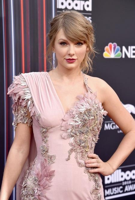 Taylor Swift tái xuất thảm đỏ Billboard Music Awards, chụp hình thân mật cùng BTS - Ảnh 4