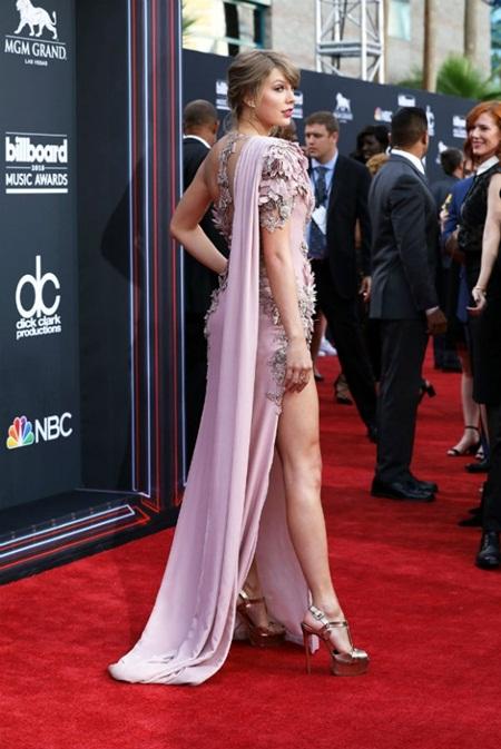 Taylor Swift tái xuất thảm đỏ Billboard Music Awards, chụp hình thân mật cùng BTS - Ảnh 3