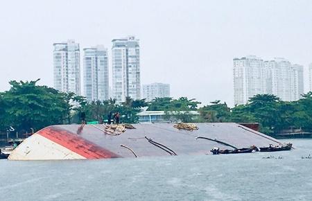 Đang dỡ hàng lên bờ, sà lan 1200 tấn bất ngờ lật úp trên sông Sài Gòn - Ảnh 1