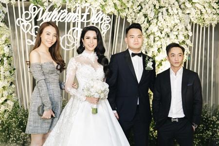 Cường Đô la tình tứ hôn Đàm Thu Trang trong tiệc cưới Diệp Lâm Anh - Ảnh 1