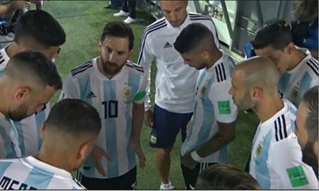 """Messi đã nói gì với đồng đội trước bàn thắng """"cứu rỗi"""" Argentina của Rojo? - Ảnh 1"""
