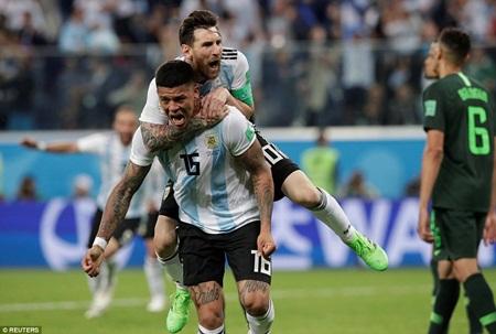 """Messi đã nói gì với đồng đội trước bàn thắng """"cứu rỗi"""" Argentina của Rojo? - Ảnh 2"""