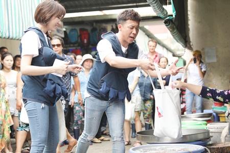 Video: Trấn Thành - Hari Won xin từng món khi đi chợ và nấu khét cả nồi cháo - Ảnh 1
