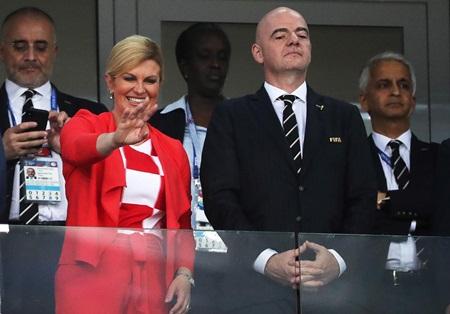 Lọt vào chung kết World Cup, Tổng thống, Bộ trưởng Croatia mặc áo đội tuyển đi họp - Ảnh 1