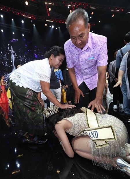 Video: Hành động không ai ngờ đến của hoa hậu Hòa bình Thái Lan 2018 sau khi đăng quang - Ảnh 2