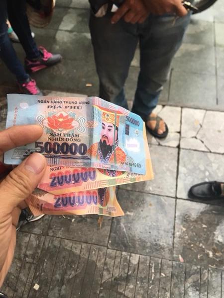 Video: Xôn xao nghi vấn xích lô ở Hà Nội lừa đảo du khách Pháp bằng tiền âm phủ - Ảnh 2
