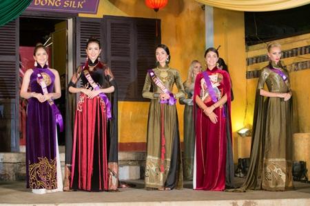 Dàn thí sinh Hoa hậu đại sứ du lịch Thế giới 2018 duyên dáng trong tà áo dài Việt - Ảnh 2